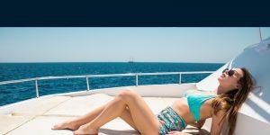 donna sulla barca a motore